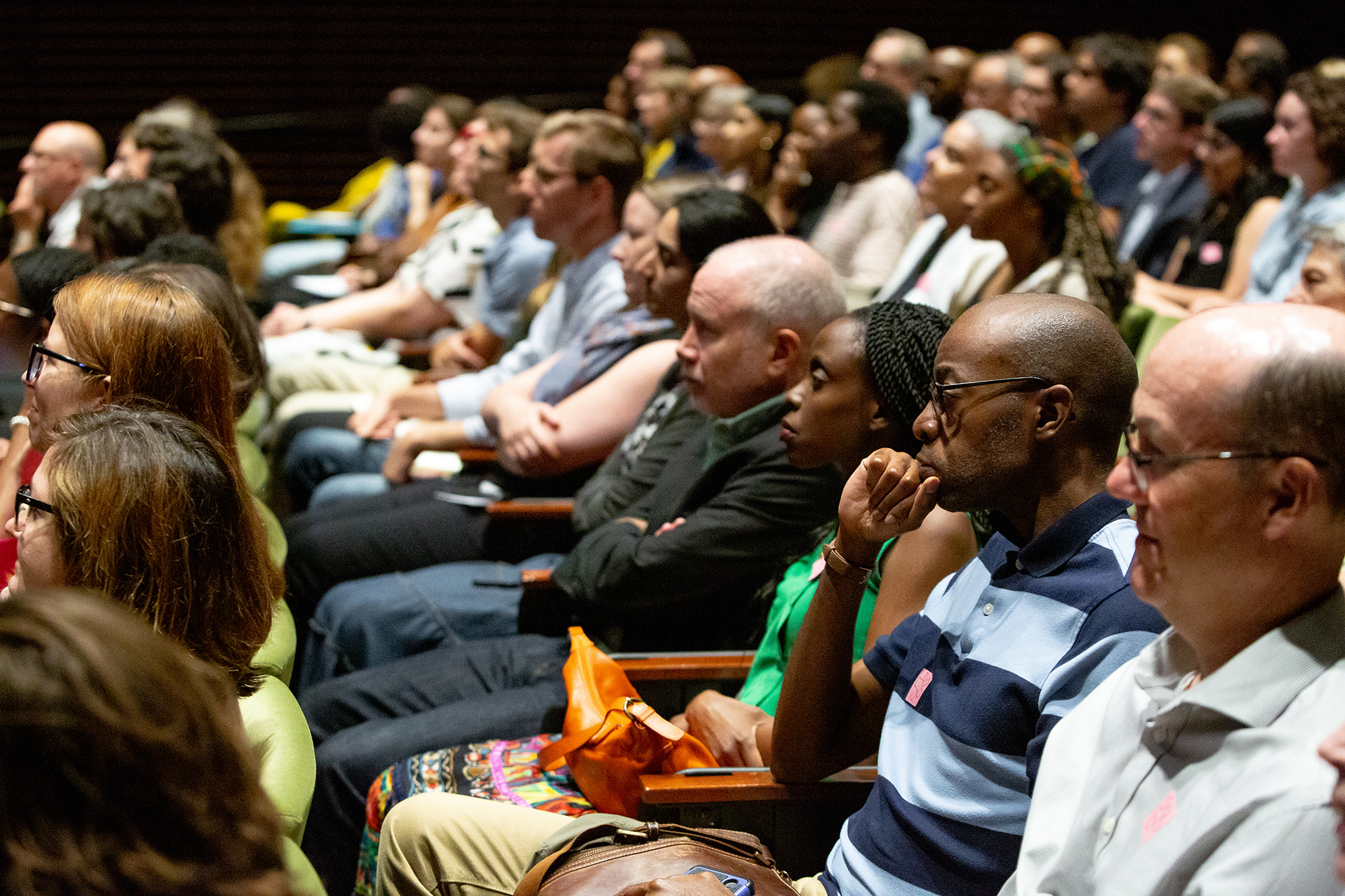 The audience listens to Adjaye's lecture.